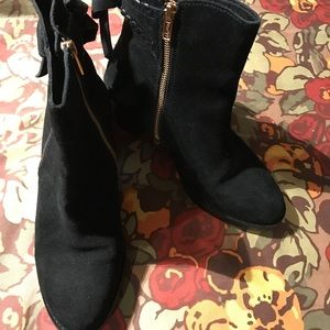 UGG Women's black suede zip up Ankle boots size 8